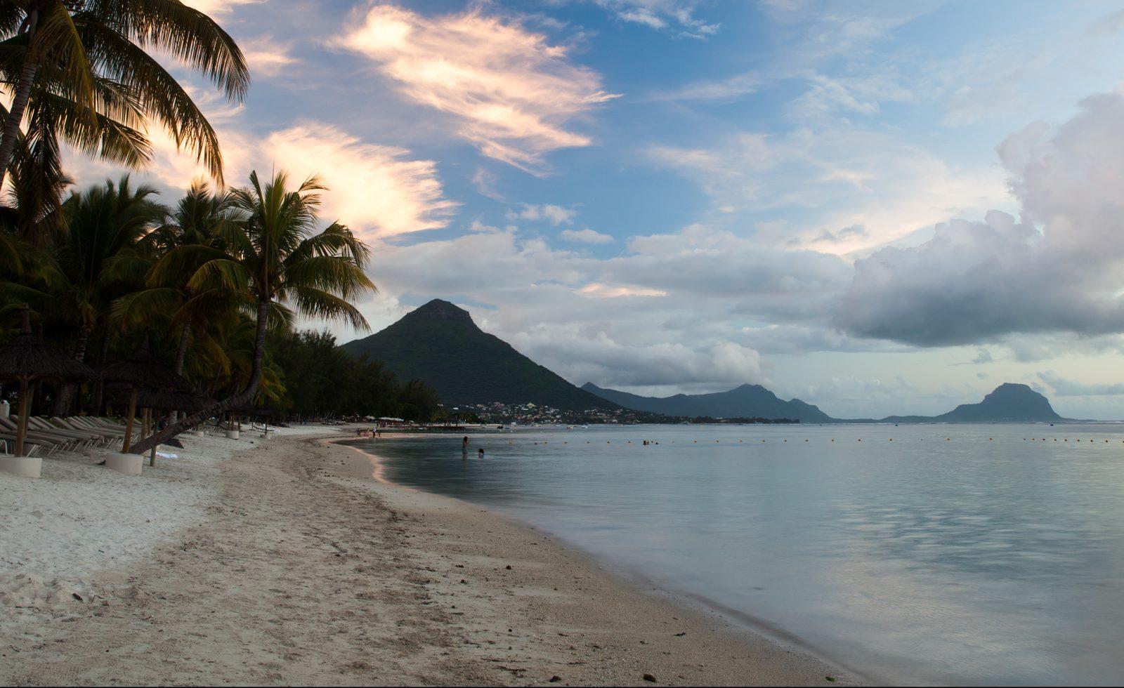 Solnedgång på Flic-en-flac-stranden